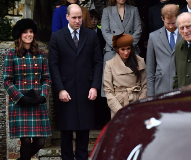LÆRER AV KATE: Hertuginne Kate og Meghan knikset for dronningen under julefeiringen i desember. Foto: NTB Scanpix