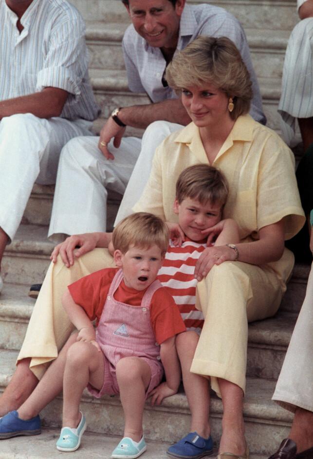 TOBARNSMOR: Diana ble tobarnsmor før hun mistet livet. Her sammen med eksmannen, prins Charles og Harry og William i 1987. Foto: NTB Scanpix