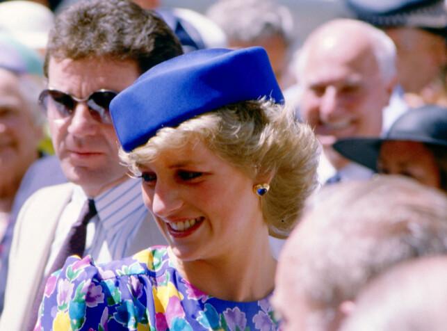 FOLKETS PRINSESSE: Prinsesse Diana både hilste på og klemte folket. Foto: NTB Scanpix