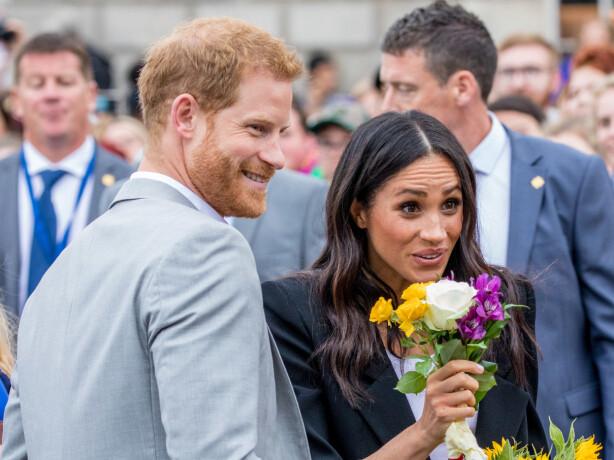 GJØR SOM MAMMA OG SVIGERMOR: Både prins Harry og hertuginne Meghan hilser på folket hvor anledningen byr seg. Foto: NTB Scanpix