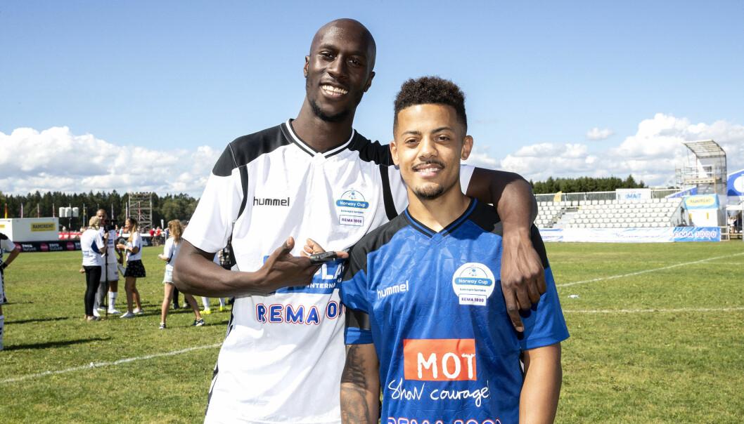MUSIKK OG FOTBALL: Vincent Dery og Nicolay Sereba, bedre kjent som Nico & Vinz, spilte på kjendislaget under Norway Cup. Men musikken er ikke lagt på hylla. Foto: Andreas Fadum