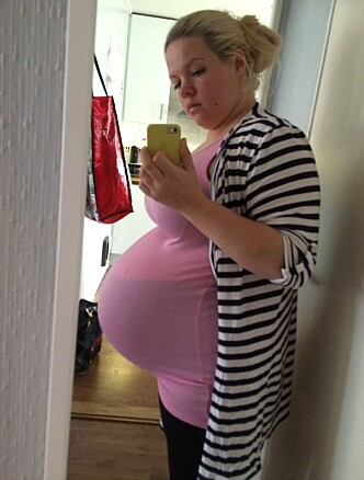 """PLUTSELIG KOM MAGEN: Veronica fikk vite at hun var gravid i uke 27. Bare noen uker senere, fikk hun den typiske """"gravidmagen"""". Her er hun kort tid før fødsel. FOTO: Privat"""