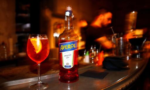 ORIGINALEN: Aperol lages etter hemmelig oppskrift fra 1919, og er hovedingrediensen i den populære spritzdrinken, som også har slått an i Norge. Foto: Shutterstock