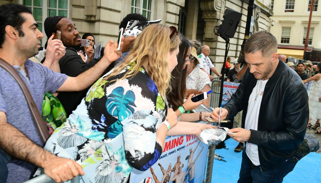 <strong>POPULÆR:</strong> Tom Hardy stresser ikke på den blå løperen, og tar seg god tid til fansen. Foto: NTB Scanpix