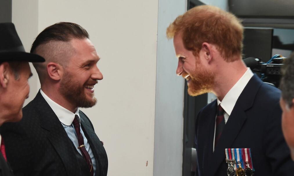 <strong>LANGT VENNSKAP:</strong> Tom Hardy og den britiske prins Harry har vært gode venner i mange år. Nå snakker Tom ut om vennskapet. Foto: NTB Scanpix