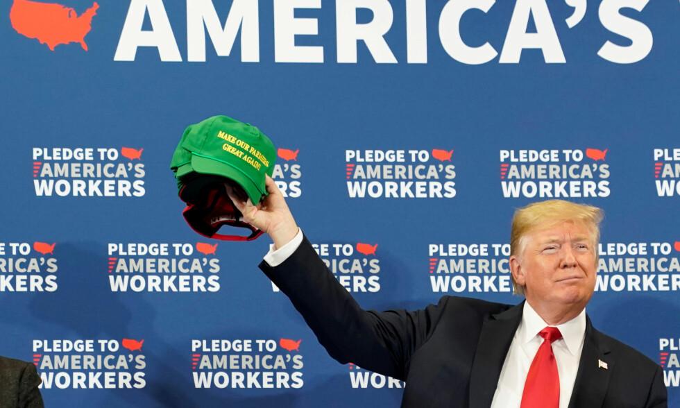 GREAT AGAIN: Donald Trump holder en caps hvor det står «Make our farmers great again» da han var i Iowa i slutten av Juli. Slagordet under presidentkampanjen hans var «Make America great again». Foto: NTB scanpix