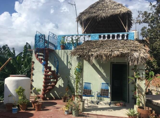 LITE HUS PÅ TAKET: På Cuba er det vanlig å bygge rom på rom i høyden. Denne lille grønne bygningen ligger på taket av Marianne og Norge sitt hus og leies ut til turister. Foto: Privat