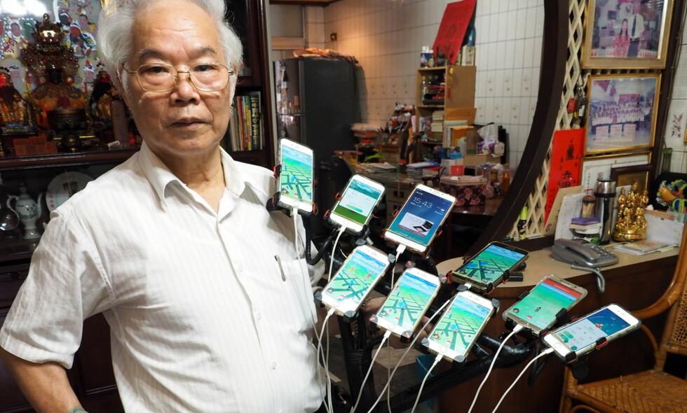 ENGASJERT: Chen San-yuan er over gjennomsnittet interessert i «Pokémon Go», og sykler rundt i Taiwan med elleve telefoner på sykkelstyret. Foto: NTB Scanpix