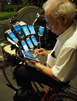 UTE OM NATTA: San-yuan er ofte ute til sent på natt, og kan spille 20 timer i strekk. Foto: NTB Scanpix