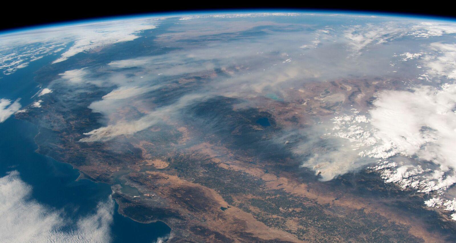 I BRANN: Bildet tatt av den tyske astronauten og geofysikeren Alexander Gerst, viser røyken fra de enorme skogbrannene som herjer California, sett fra den Internasjonale romstasjonen (ISS). Foto: Alexander Gerst / European space agency / NTB Scanpix