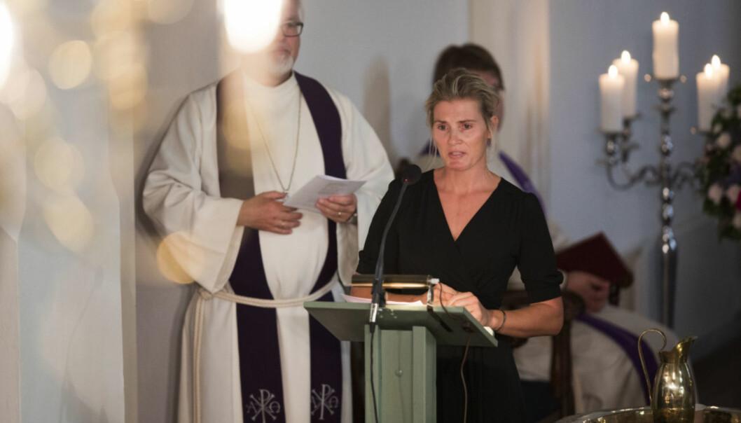 <strong>GRÅTKVALT:</strong> Vibeke Skofteruds kjæreste Marit Stenshorne talte under begravelsen til Skofterud fra Eidsberg kirke. Foto: Trond Reidar Teigen / NTB scanpix