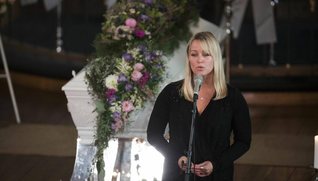 STERK HYLLEST: Vibekes gode venninne Hanne Sørvaag sang Sissels Kyrkebø-låten «Se ilden lyse» under begravelsen. FOTO: Trond Reidar Teigen / NTB scanpix