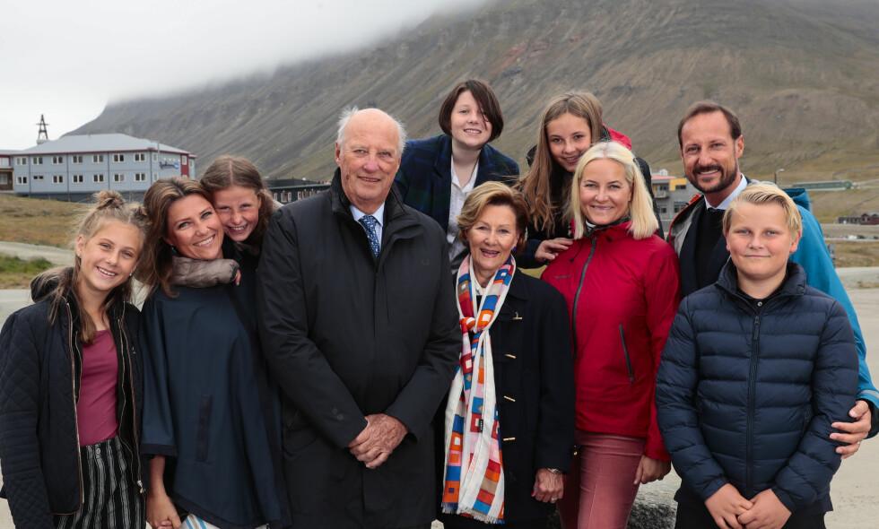 PÅ SVALBARD: Kongefamilien besøkte universitetet og Svalbard museum i Longyearbyen torsdag. F.h. prins Sverre Magnus, kronprins Haakon, kronprinsesse Mette-Marit, prinsesse Ingrid Alexandra, dronning Sonja, kong Harald, Emma Tallulah Behn (t.v. bak), Maud Angelica Behn (midten bak), prinsesse Märtha Louise og Leah Isadora Behn. Foto: Lise Åserud / NTB Scanpix