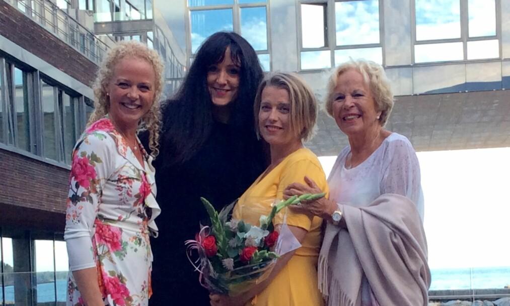 <strong>ÅRETS SLANKER:</strong> Margareth Leirvik ble hyllet og hedret av Grete Roede og Jeanette Roede da hun ble utropt til årets slanker og Roede-ambassadør. Kursleder Anne Lise Berg har hjulpet henne med å oppnå vekttapet på 55 kilo. FOTO: SVEND AAGE MADSEN / SE OG HØR