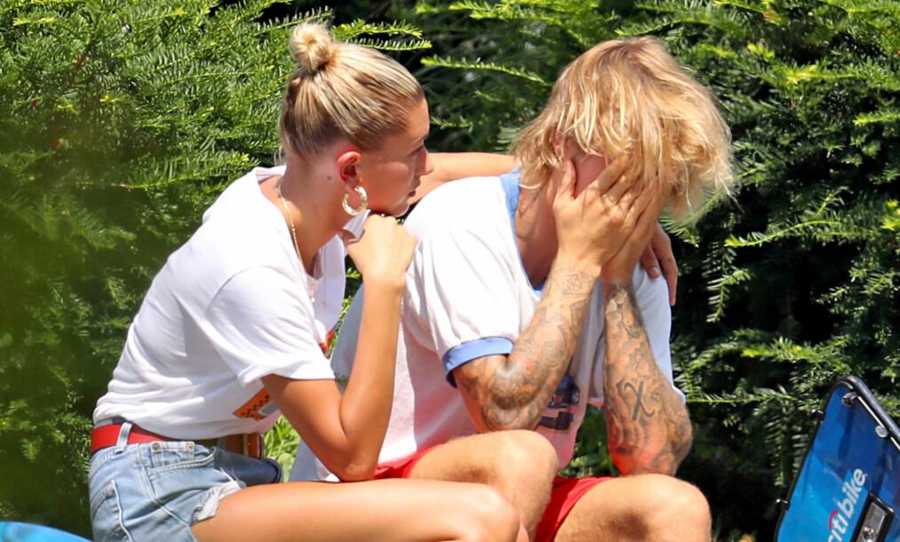SAMMENBRUDD: Hailey Baldwin måtte trøste sin forlovede Justin Bieber etter at han tilsynelatende fikk et sammenbrudd under en sykkeltur i New York tidligere denne uken. Foto: NTB Scanpix