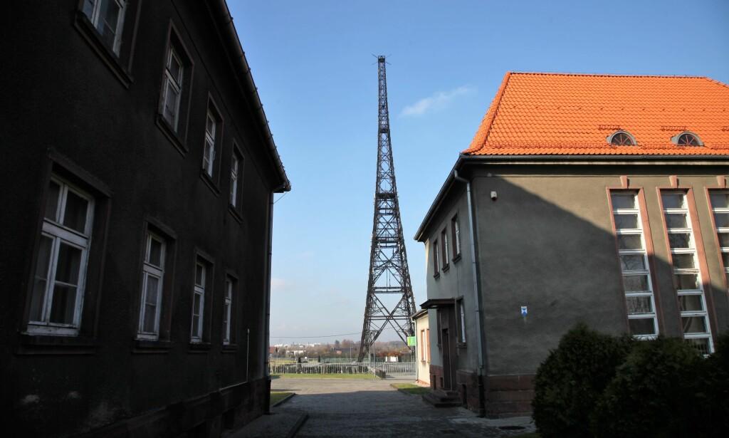 """HER STARTET DET: Her ble Den andre verdenskrig startet. Radiotårnet i bakgrunnen kalles også """"Slesiens Eifeltårn"""". Foto: Asbjørn Svarstad"""