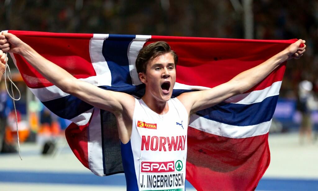 ALT FOR NORGE: Jakob Ingebrigtsen feirer etter EM-gullet på 5000 meter. Foto: NTB Scanpix