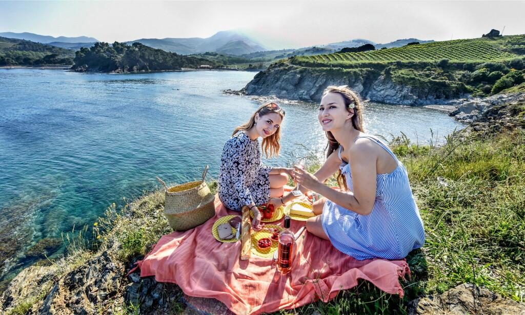 ALT INNEN REKKEVIDDE: - Vi har den beste vinen, den beste sjømaten og velsmakende oster. Det er korte avstander til alt, og med alle våre gode venner, trives vi på Vermeille-kysten, sier Roxane Landrieau (t.v) og Thelma Jaudoin Broto.