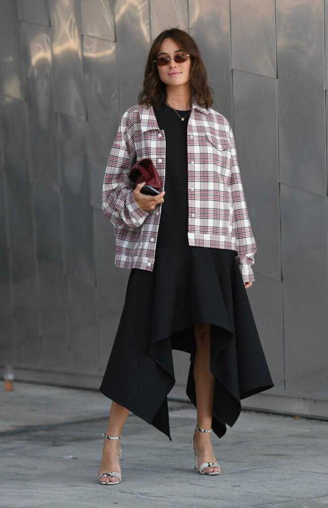 LA DEG INSPIRERE: Se hvordan Lademann tar en enkel, svart kjole og spriter den opp med sko med mønster, en rutete jakke og kule solbriller. Foto: Scanpix