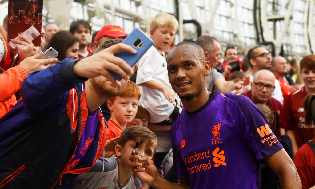 NY YNDLING? Fabinho poserer med Liverpool-fansen etter en treningskamp i sommer. Foto: REUTERS/Clodagh Kilcoyne/NTB Scanpix