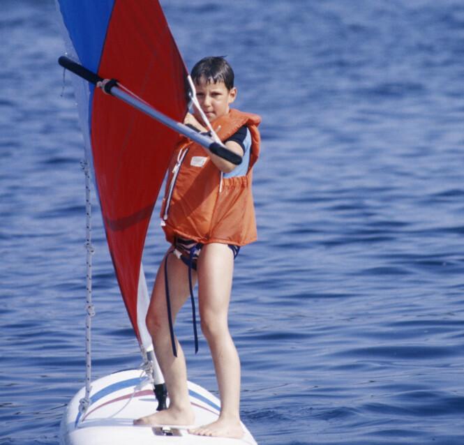 <strong>FERIESTED:</strong> Kongefamilien har tilbragt mange somre på Hankø. Her prøver kronprins Haakon seg på seilbrett i 1981. Foto: NTB Scanpix