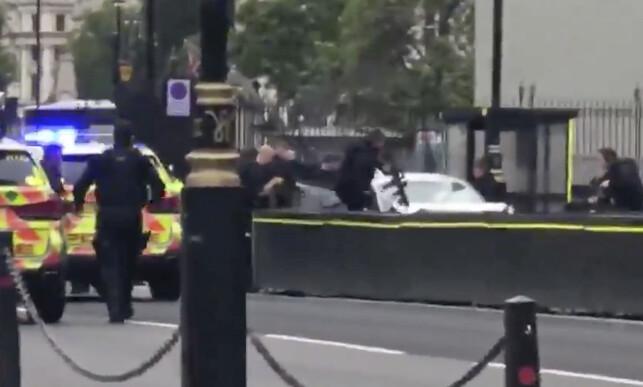 VÆPNET AKSJON: Her aksjonerer bevæpnet politi mot sjåføren som tirsdag morgen krasjet inn i en sperring utenfor parlamentet i London. Foto: Vincent McAviney @VinnyMcAv / EuronewsNBC / AP / NTB Scanpix