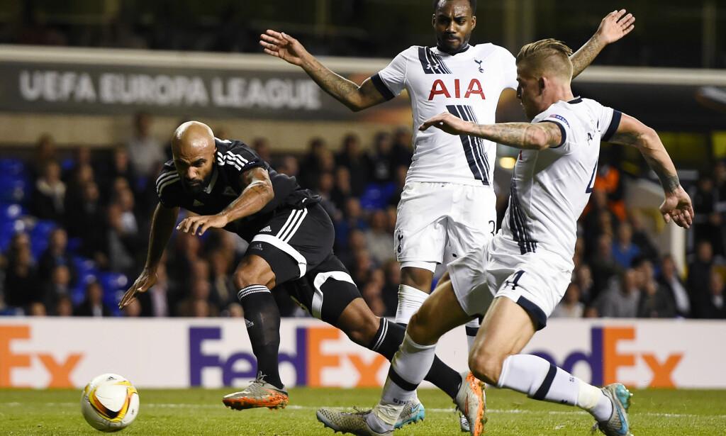 PÅ VEI BORT: Danny Rose og Toby Alderweireld kan fortsatt forlate Tottenham allerede i august. Her er duoen i duell med Qarabags Samuel Armenteros. Foto: Reuters / Dylan Martinez / NTB Scanpix