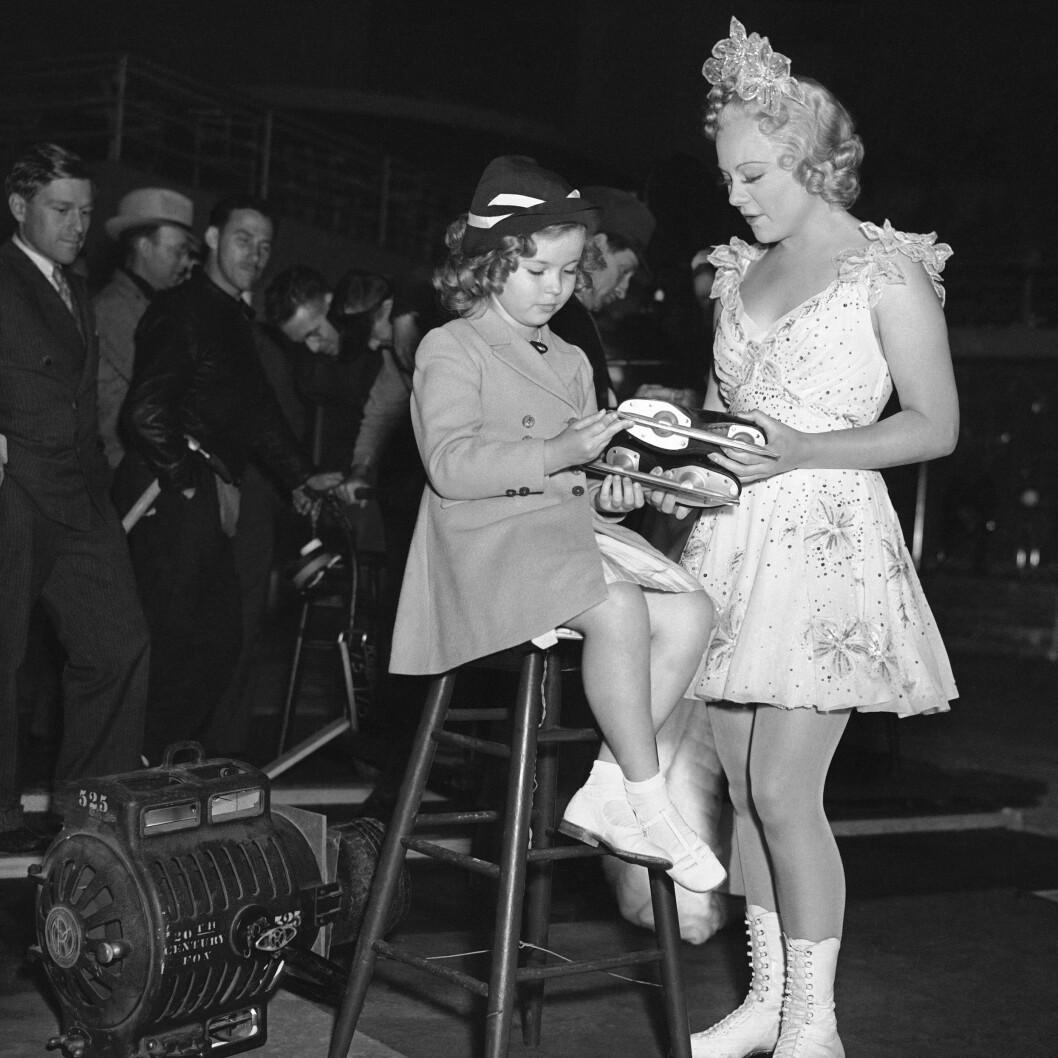 <strong>BARNESTJERNE:</strong> Sonja Henie med den amerikanske barnestjernen Shirley Temple i 1937. FOTO: NTB Scanpix
