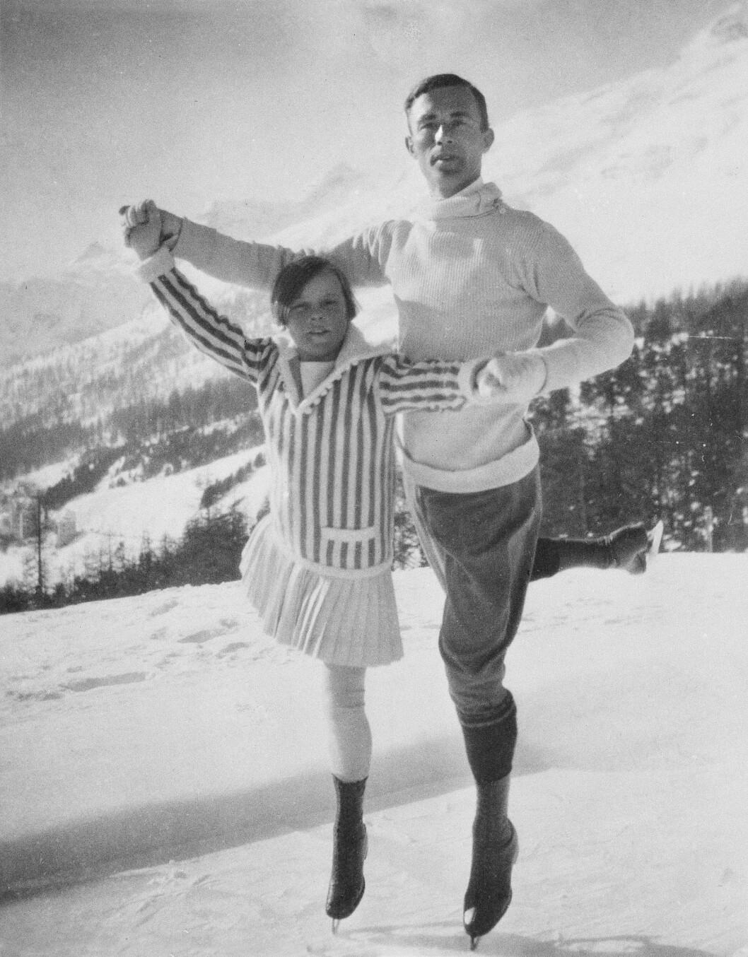 <strong>UNGE SONJA:</strong> 11 år gamle Sonja Henie og den svenske kunstløperen Gilles Grafström fotografert under OL i Chamonix i Frankrike i 1924. Fire år senere vant hun sitt første OL-gull. FOTO: NTB Scanpix