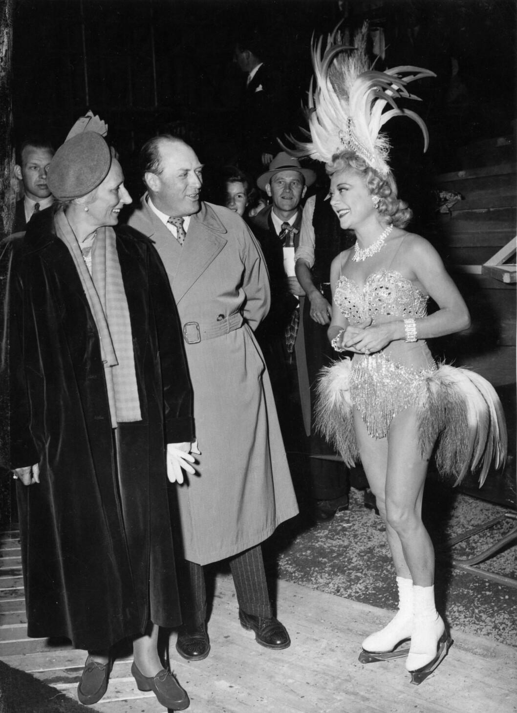 <strong>ROYALT MØTE:</strong> I 1953 besøkte kunstløper Sonja Henie Oslo med sitt eget is-show. Her hilser hun på kronprins Olav og kronprinsesse Märtha. De overvar en av forestillingene på Jordal amfi. FOTO: NTB Scanpix