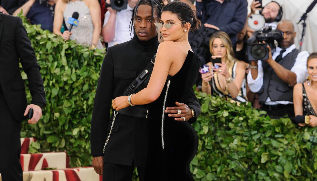 BERØMT PAR: Rapperen Travis Scott (26) og realitykjendis Kylie Jenner (21) har rukket å skape mange overskrifter sammen siden de ble et par i fjor. Her fotografert under Met-gallaen i mai. Foto: NTB Scanpix