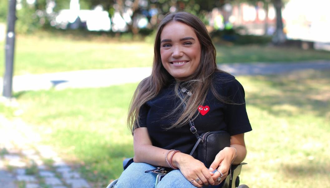 RULLESTOL: Da Josefine begynte på barneskolen, fikk hun en rullestol. Nå bruker hun den hele tiden. FOTO: Ida Bergersen
