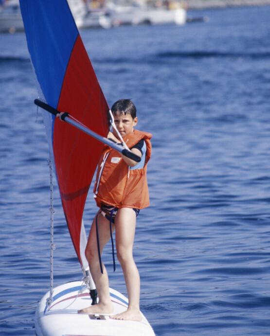 FERIESTED: Kongefamilien har tilbragt mange somre på Hankø. Her prøver kronprins Haakon seg på seilbrett i 1981. Foto: NTB Scanpix