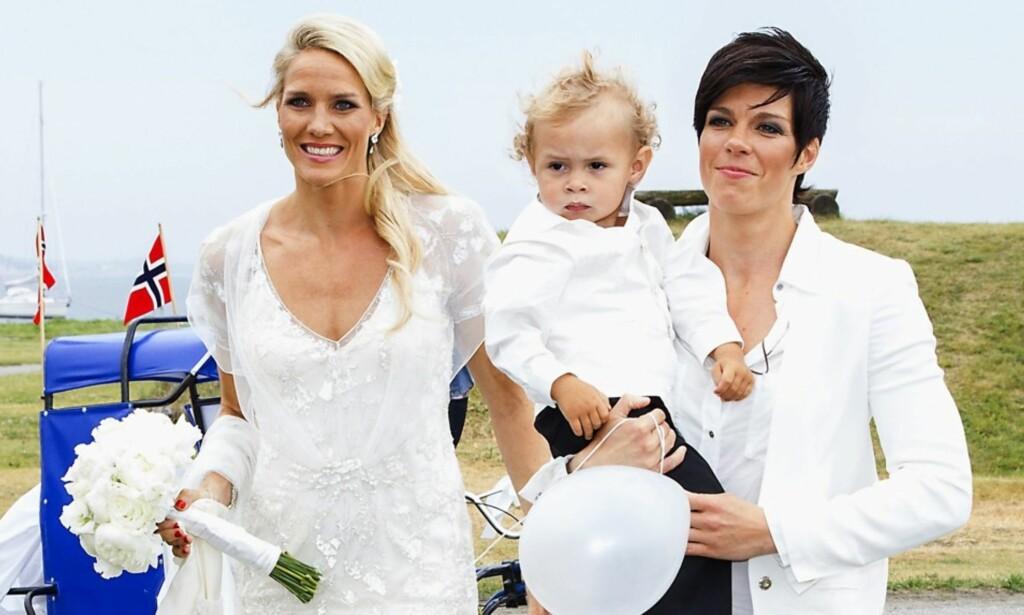 BLE TOBARNSFORELDRE: Gro og Anja Hammerseng-Edin, her med sønnen Mio i bryllupet sitt i 2013, er blitt foreldre for andre gang. Nå røper de navnet. Foto: Andreas Fadum/ Se og Hør