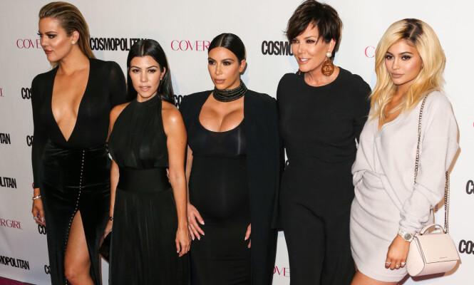 VELHOLDNE: Her er Khloé, Kourtney, Kim, Kris og Kylie fotografert under Cosmopolitans jubileumsfest i oktober 2015. Foto: Splash News