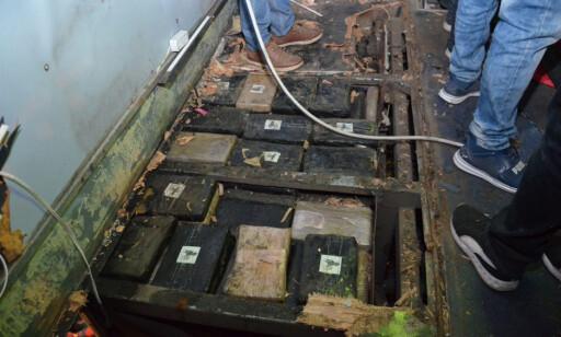 FYLT AV MARIHUANA: Nær 600 pakker marihuana ble funnet i gulvet på bussen. Foto: NTB Scanpix