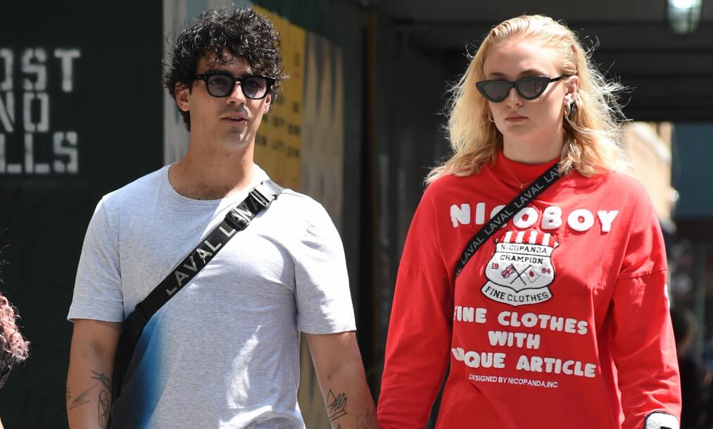 SKAPTE OVERSKRIFTER: Stjerneparet Joe Jonas (29) og Sophie Turner (22) gikk sammen på gata i New York da sistnevnte plutselig brøt sammen i tårer. Nå forteller hun hva som skjedde. Foto: NTB Scanpix
