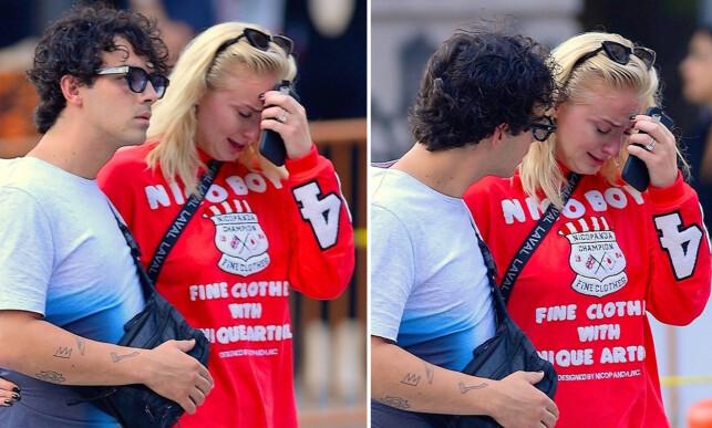 OPPSKAKET: Sophie Turner får trøst av musikerkjæresten etter at hun brast i gråt. Foto: NTB Scanpix