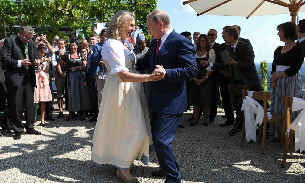 VALS: Østerrikes utenriksminister og brud, Karin Kneissl, danser med Russlands president, Vladimir Putin. Foto: Roland SCHLAGER / various sources / AFP