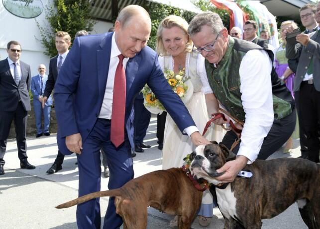 GOD TONE: Russlands president, Vladimir Putin, sammen med brudeparet Karin Kneissl og Wolfgang Meilinger. Foto: Alexei Druzhinin, Sputnik, Kremlin Pool Photo via AP