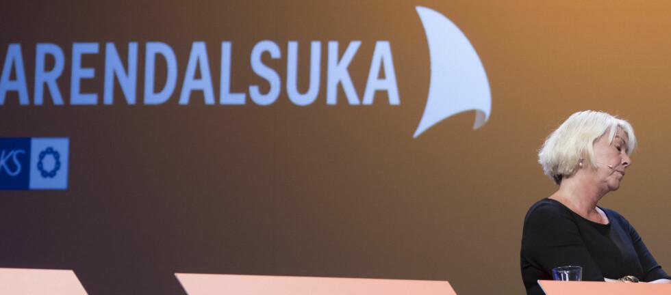 AMPERT: Kommunal- og moderniseringsminister Monica Mæland sto med armene i kors og snakket dobbelt så fort som vanlig i Arendal fredag. Foto: Terje Pedersen / NTB scanpix