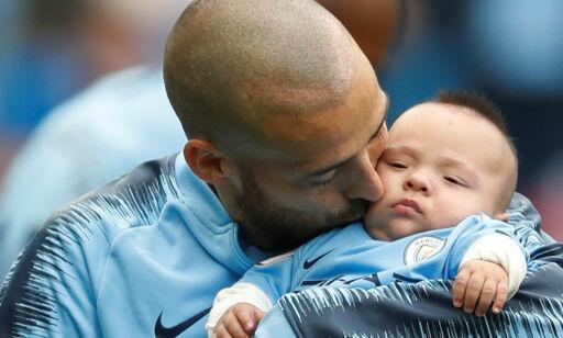 image: Mateo (0) kjempet lenge for livet. Søndag fikk han se pappa score