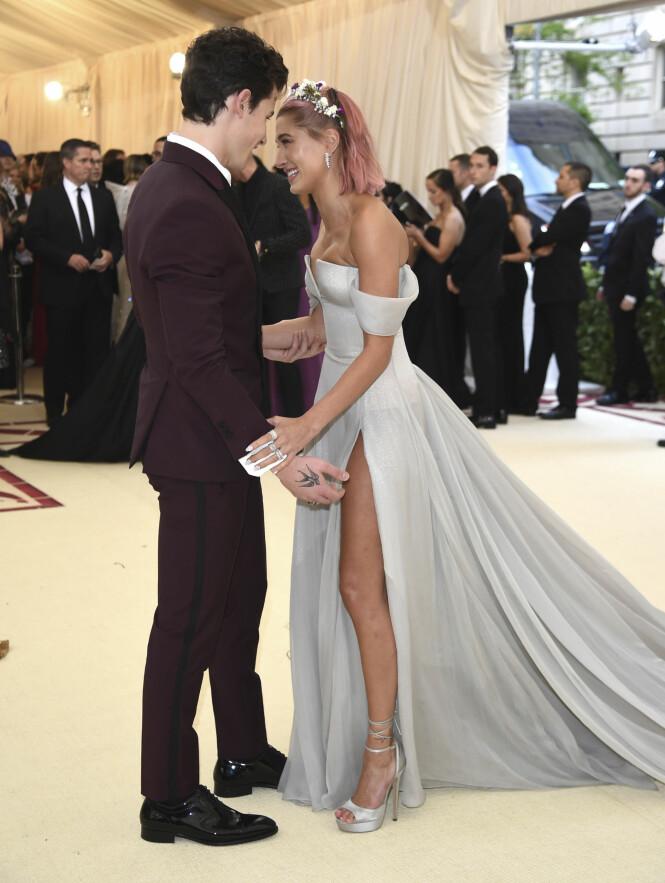 GOD TONE: Shawn Mendes og Hailey Baldwin fikk fart på ryktemølla da de to dukket opp sammen på Met-gallaen tidligere i år. Foto: NTB Scanpix