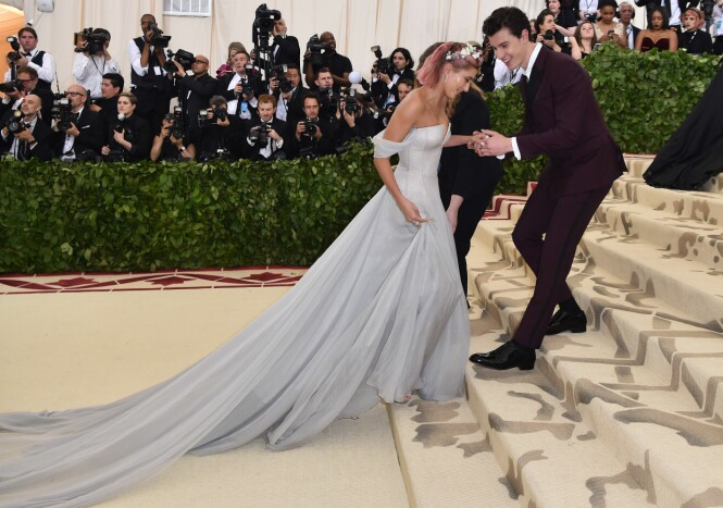 GENTLEMAN: Mange spekulerte i om Shawn Mendes og Hailey Baldwin bekreftet et forhold da de to kom hånd i hånd på løperen under Met-gallaen. Foto: NTB Scanpix