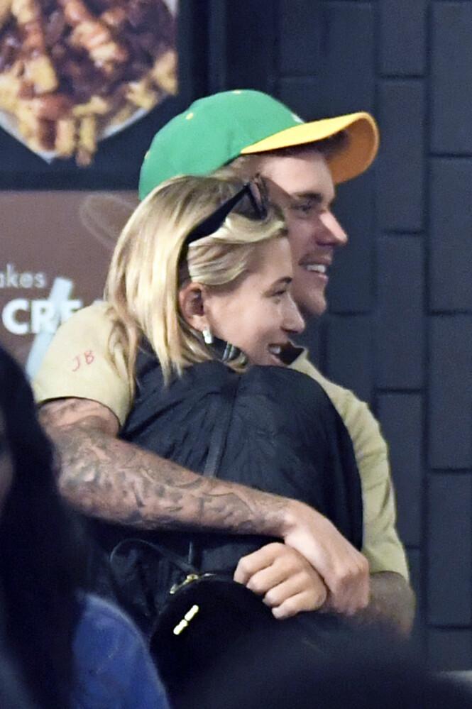 FORELSKET: Justin Bieber og Hailey Baldwin har siden forlovelsesnyheten blitt et særdeles yndet objekt blant paparazzoene. Foto: NTB Scanpix