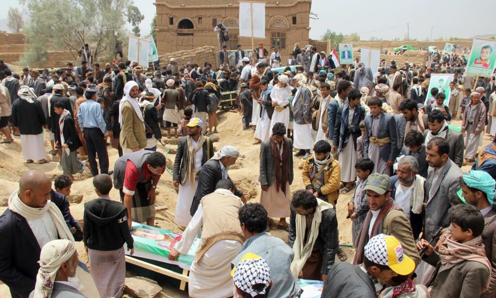 MASSEBEGRAVELSE: Flere titalls ofre begraves side om side etter angrepet på skolebussen. Foto: AFP / NTB Scanpix