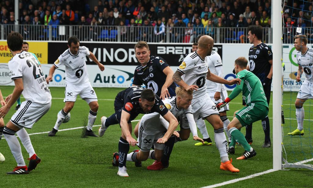 TEMPERATUR: Tette dueller i målet til Rosenborgs keeper André Hansen i starten på eliteseriekampen mellom Kristiansund og Rosenborg på Kristiansund stadion. Foto: Anders Tøsse / NTB Scanpix
