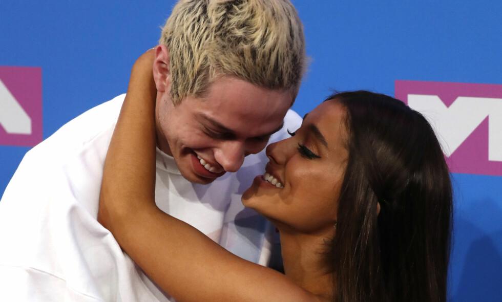 STJAL SHOWET: Superparet Pete Davidson og Ariana Grande hadde bare øyne for hverandre under nattens VMA-utdeling i New York. Foto: NTB Scanpix