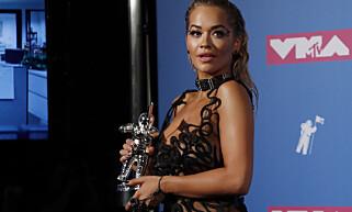 MOTTOK PRISEN: Artisten Rita Ora med prisen backstage. Foto: Reuters / NTB scanpix