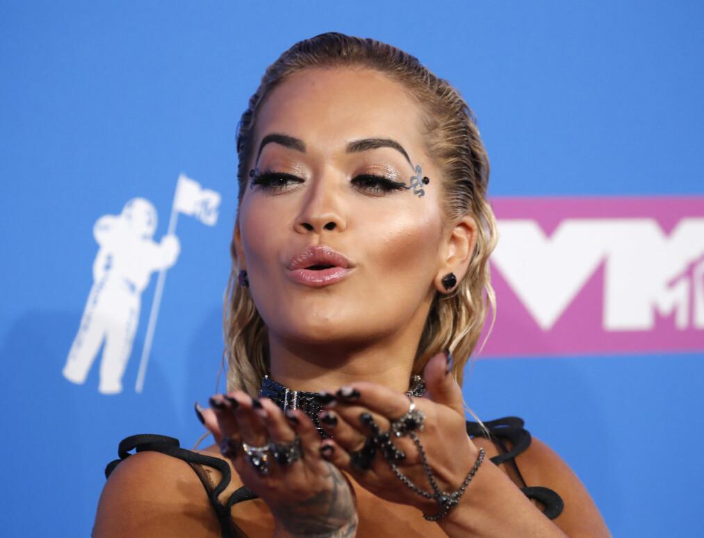 MTV VMA 2018: Rita Ora stilte i et heltsort antrekk med gjennomsiktige partier og iøynefallende tilbehør til. Foto: Scanpix